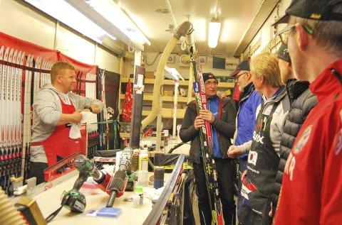 SMØREBUSSEN: På første stopp i Brønnøysund var det full aktivitet i smørebussen, der alle kan komme og preppe skiene sine. Torsdag er de i Mosjøen.