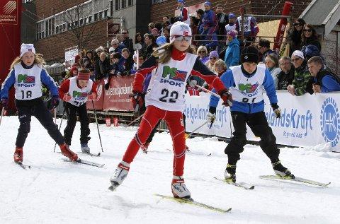 BLANDET FELT: Birk Fjellheim, B&Y IL like bak Mari Næstby, Halsøy. Litt bak følger Sofie H Haustreis, Mosjøen