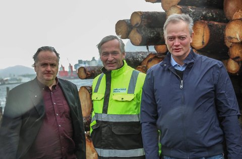 Ronny Dorp (t.v.), Kurt Jessen Johansson  og Jørn Clausen er glad for tømmerkaisatsinga i Mosjøen.