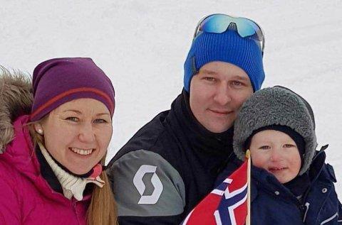 FRASTJÅLET: Ann Kristin og Aleksander Svendsen med sønnen Martin. De håper å få tilbake snøscooteren, sleden og hengeren.