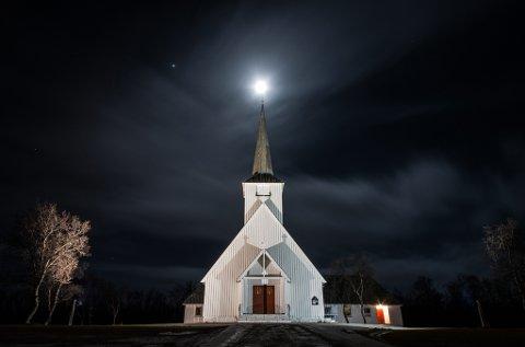 Lakselv kirke under måneskinn Foto: Stian Eliassen