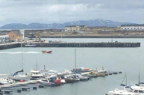SPIONBÅT: Personell som så ut til å være fra Marjata tok en tur innom Vadsø, før de forlot med skipet kort tid etter