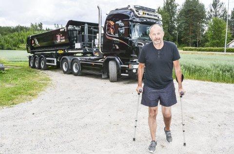 PÅ BEINA: Fem måneder etter ulykka har Sigmund fremdeles ikke kastet krykkene, men i august skal han etter planen begynne å jobbe 50 prosent. Om enn ikke som sjåfør på doningen bak. Det blir gravemaskinkjøring i første omgang. Foto: Anne Enger Mjåland