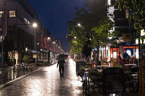KNAPT FOLK UTE: De aller fleste utestedene i Lillestrøm opplevde kraftig omsetningsnedgang den første helgen etter at de utvidede smitteverntiltakene ble satt i verk.