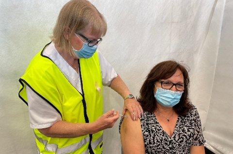 VAKSINEDOSE NUMMER 10.000: Elisabeth Rye fra Aurskog satte vaksinedose nummer 10.000 i Aurskog-Høland på sambygding May Mangen Cederkvist torsdag.