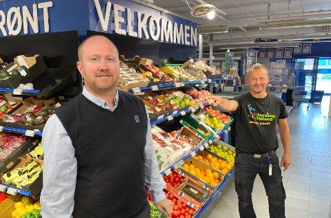 FRA DEN ENE TIL DEN ANDRE: Kai-Petter Ulbo (t.v.) blir ny Rema 1000-driver i Aurskog og tar over etter Anders Fjeldstad.