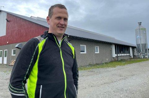 Eirik Rugland har fått nok av høye strømpriser. Nå investerer han i solcellepanel. Det skal monteres på taket på fjoset bak ham.