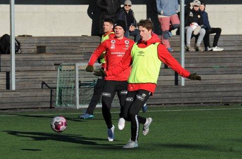 INTERNT: Marius Andersen (f.v.), Meinhard Olsen og Petter Øfsteng i aksjon på Varhaug lørdag ettermiddag.