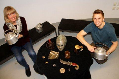 GJENBRUK: Kristin Skjelbred og Simen Skaug inviterer deg til å lage noe nytt av dine gamle aluminiumsgjenstander. På bildet ses noen av metallgjenstandene Skaug har på merittlista.