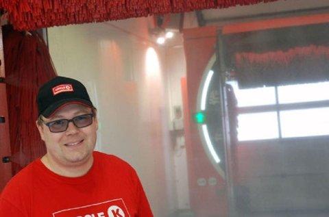 Magnus Nilsen er daglig leder på en stasjon som vasker 20.000 biler årlig, og kan dermed litt om maskinvask av biler.