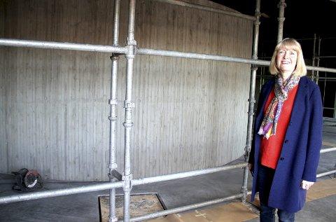 GLASS KOMMER: På dette stillaset skal det monteres glass for utstilling, viser fagansvarlig Kristin Skjelbred i Vestfoldmuseene. ALLE FOTO: LARS IVAR HORDNES