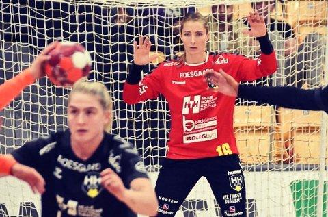 «EN KLASSEKEEPER BAKERST»: Emily Stang Sando har allerede markert seg solid i dansk elitehåndball. (Foto: Skjermbilde fra Sandos Instagram-konto)