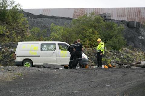 ETTERFORSKET: Politiet på befaring for å se på skadene etter innbruddet i august.