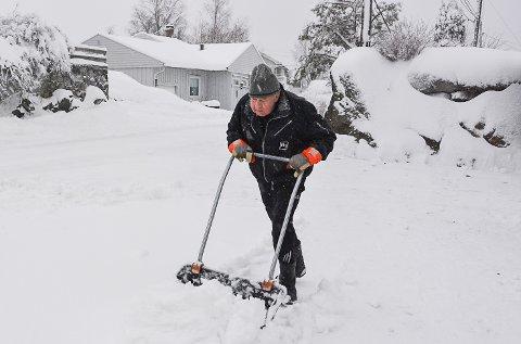 SNØ: Knut Larsen på Måneliheia var tidlig ute for å måke.