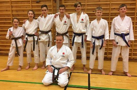 Desse graderte seg: Frå venstre: Hava Karin Eldi (3. Kyu), Heda Eldi (2. Kyu), Ådne Onarheim (2. kyu), Erlend Sund (1. kyu), Mathias Flesland Simonsen (4. kyu), Brage Torvund Krey (4. kyu), Dankert Andre Lee (4. kyu). Framme trenar Rune Hanssen (2. dan). (Foto: André Stormoen).
