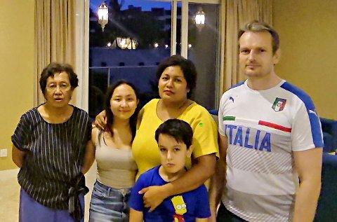 INNELIV: Familien Prestmoen har være inne i ukesvis i leiligheten i Malaysia på grunn av korona-pandemien. Fra venstre er Helen Dublin, Chervon Prestmoen, Sabrina Prestmoen og Halvor Prestmoen. Foran står Odin Prestmoen.