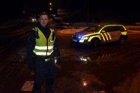 Andreas Lia sto ved innkjøringen til Funkelia, fra Sandsværveien, torsdag kveld. Han ba bilistene heller kjøre om Funkelia.