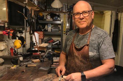 """VILLE BIDRA: Tore Moen ga bort en kniv til """"Kongsberg i våre hjerter"""", slik at de kunne auksjonere den bort og inntekten skulle gå til arbeidet i Gruveåsen. Foto: Privat."""