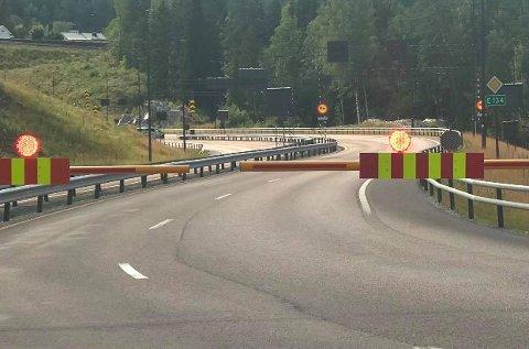 STENGT: Svartåstunnelen var stengt i cirka 45 minutter. Politiet tror røyken skyldes en trailer som hadde kjørt gjennom.