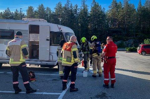 UTRYKNING: Både brannvesenet, politiet og ambulanse rykket ut til brannen i bobilen.