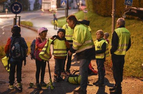 Refleksvestaksjon: Skoleelevene fra Reistadlia – noen sågar i i fart – fikk utdelt refleksvester på vei til skolebussen. Foto: Cecilie Johannessen