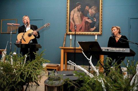STEMNINGSFULLT: Werner Johannessen og Mari Amundsen bød på både jordnær og himmelsk musikk under julekonserten i Gullaug kirke onsdag kveld.