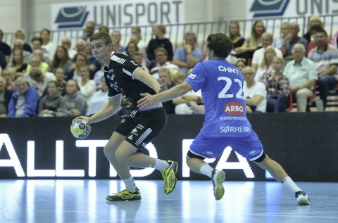 STERK HJEMMEDEBUT: Jørgen Jansrud ble kåret til hjemmelagets beste spiller i oppgjøret mot DHK. Han har stor tro på en god sesong for Lier-laget. Her er han i duell med Gøran Sørheim fra Tranby – som storspilte for DHK.