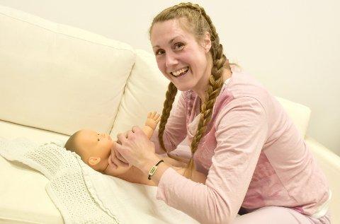 Kursbaby: Hun har en egen baby hjemme, men i kurssammenheng er det lille Máni (forøvrig oppkalt etter sønnen hennes) som er med Line Syvertsen rundt.