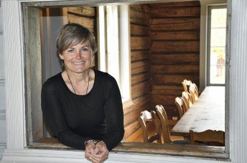 VELKOMMEN INN: Daglig leder på Lier Bygdetun, Vibeke Clausen, ser frem til en ny sesong med intimkonserter og servering i skjenkestua. Hun lover flotte og varierte konserter fra oktober til mars.