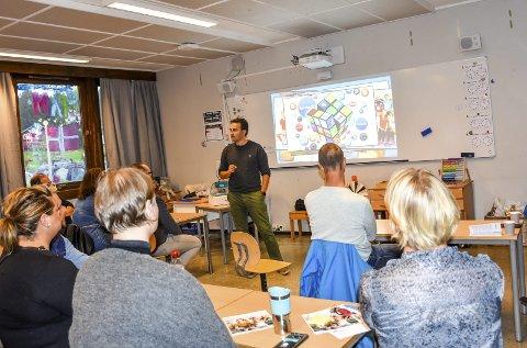 Barnevaktens Frode Rensel holder et engasjerende foredrag for foreldre på Egge skole.