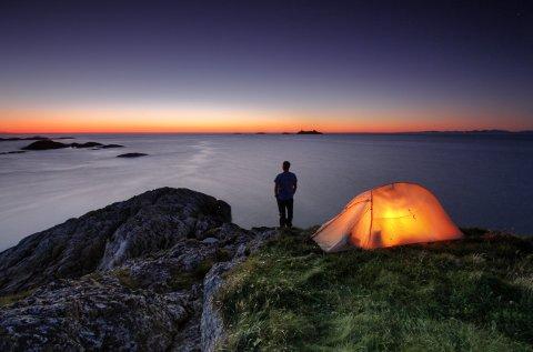NATT I NATUREN: Bilde av en som koser seg i telt under en tidligere utgave av arrangementet #nattinaturen.