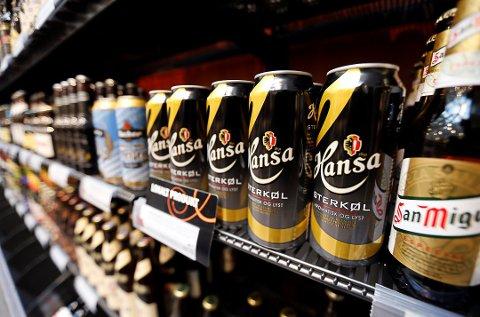 FORSKJELLIG SKRIFT: Ulike størrelse på skriften på øl-plakater, har sørget for at dagligvarebutikkene på Vestvågøy har fått en pekefinger på hvordan det skal være.