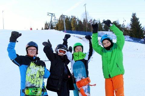 JUBLET: Olav Helgedagsrud (12), Sigurd Borch (13), Karl Markus Kaabbel (12) og Isak Johansen (12) storkoste seg på ski denne helgen.