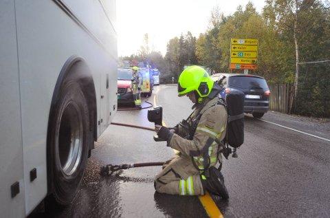 Moss Interkommunale Brannvesen benyttet et varmesøkende kamera for å sjekke om brannen ved bussens venstre bakhjul var slukket. Foto: Amund Lågbu