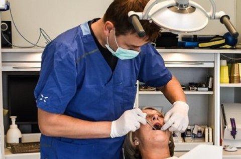 Tannlege Viggo Thuren og kreftsykepleier Tove Tangen mener all snusingen blant unge kan bli et alvorlig helseproblem.