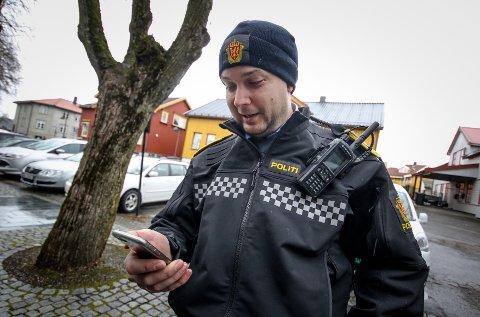 LESER KOMMENTARER: Jostein Dammyr, faglig leder Nettpatruljen, Øst politidistrikt leser noen av kommentarene som har kommet til innlegget.