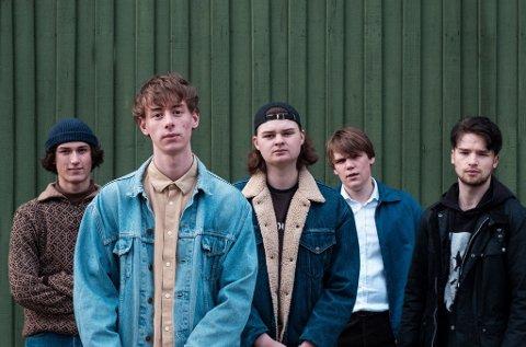 MOSSINGER:  Indierock-bandet Vrengt ble opprettet i 2017, og består av fem mossinger. Fra venstre: Eskil Roos Mangrud, Magnus Vold Rygge, Truls August Ulriksen, Jakob Palmer Kverndokk og Simon Lee.