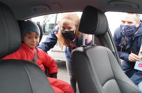 TRYGT: Ida Rasmussen (midten) passer alltid på at sønnen Isac er godt sikret før hun starter bilen. Den siste uken har Paal-Gunnar Mathisen (t.h.) vært i kontakt med flere barnehager angående trafikksikkerhet.