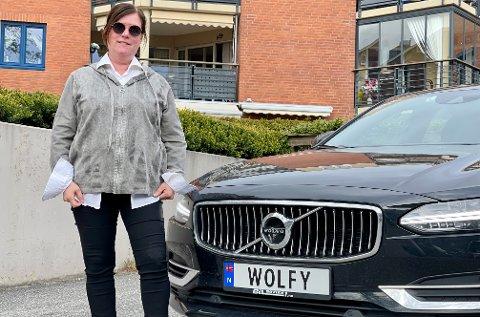 WOLFY: Marianne Strømsborg Klever foran sitt personlige bilskilt «WOLFY».