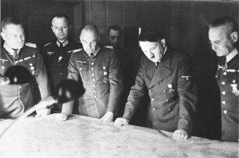 TOPPMØTE: Adolf Hitler fotografert sammen med en gruppe av øverstkommanderende en gang i 1940/1941. Fra venstre mot høyre: Wilhelm Keitel, Walther von Brauchitsch, Adolf Hitler og Franz Halder.