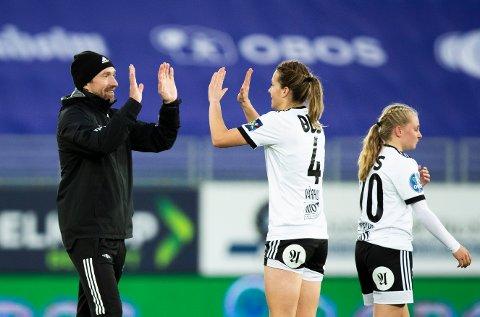 En fornøyd trener Steinar Lein og Ina Vårhus etter kampen mellom Vålerenga og Rosenborg på Intility Arena Foto: Berit Roald / NTB