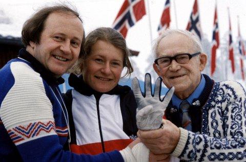 1982: Berit Aunli sammen med sin far, Kristen Kvello og bestefar. Berit Aunli tok hele fire medaljer under VM, noe hun her viser med fingrene. Tre gullmedaljer og en sølvmedalje.  NTB arkivfoto / NTB