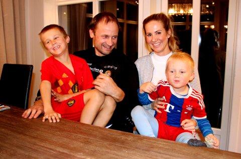 DET GÅR I BALL: Sigurd Rushfeldt og Birgitte Mannsverk Dahle med sønnene Isak (t.v.) og Samuel på fanget. For øyeblikket er nok pappa Sigurd den minst aktive fotballspilleren med sin rolle som oldboys-spiller. I helga er det mamma Birgitte som er i fokus, når TIL spiller første kamp i opprykkskvalifiseringen borte mot Bryne. Den kampen ser du direkte på nordlys.no.