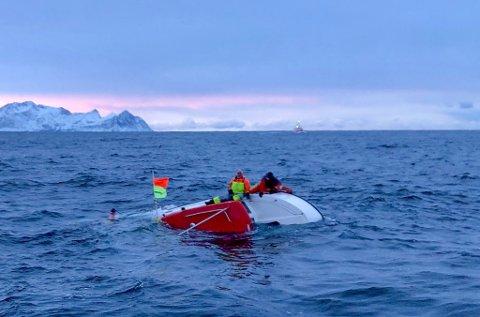 FORLIS: Båten «Vågar» forliste utenfor Sommarøy. Pål Trones og John Sverre Erikstad måtte klamre seg fast til båten i en time, før de ble berget.