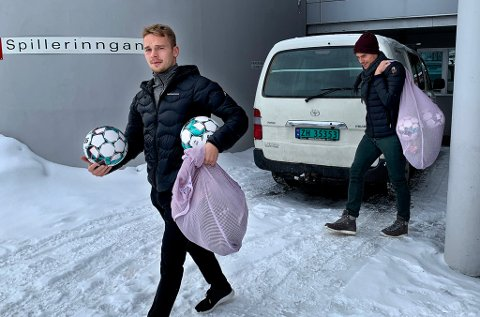 PAKKET OG KLAR: TIL-spillerne Kent-Are Antonsen og Simen Wangberg forlot torsdag Alfheim med fullpakkede sekker. De har ingen adgang på Alfheim før tidligst i neste uke.
