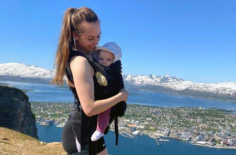SKREMMENDE OPPLEVELSE: Anneli Vekve Solli med datteren Tiril på ni måneder på brystet. De fikk en skremmende opplevelse i Sherpatrappa på vei opptil Fjellheisen lørdags morgen.