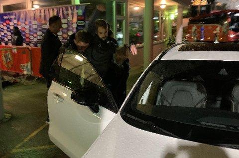 SKADE: Her bæres Daniel Berntsen inn i bil etter fredagens kamp. Turen gikk så videre til sykehuset.