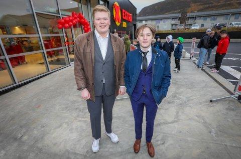 PYNTET: Jesper Sørbøe (t.v.) og Isak Hågensen hadde funnet frem skjorte, slips og dress etter å ha ventet fire måneder på ny og større butikk.