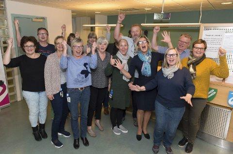 JUBLET: De ansatte ved Skatt Øst i Gjøvik kunne juble etter at de i går fikk gladmeldingen om at kontoret likevel består. foto: Henning Gulbrandsen