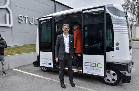 Olav Madland i Acando med en førerløs buss av typen som skal testes ut på Kallerud.